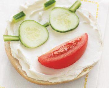 panecillo con tomate y pepino,