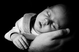 bebe dormido blanco y negro